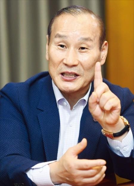최병오 패션그룹형지 회장이 지난 21일 한국경제신문사에서 인터뷰를 하고 있다. /강은구 기자 egkang@hankyung.com