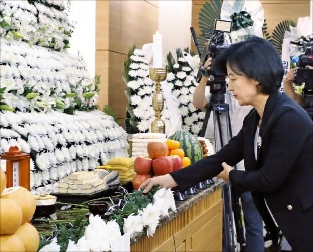 추미애 더불어민주당 대표가 지난 23일 서울아산병원 장례식장에 마련된 김종필 전 국무총리 빈소를 방문해 조문하고 있다. /연합뉴스