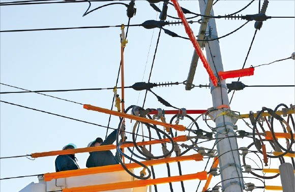 전기공사기술자들이 서울 강서구 주택가에서 작업을 하고 있다.