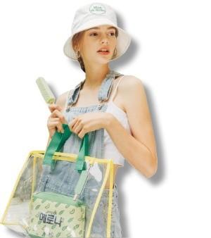 메로나 가방·세일러문 티셔츠·쉐이크쉑 비치타월… 불황 속 패션 콜라보로 '이슈몰이'