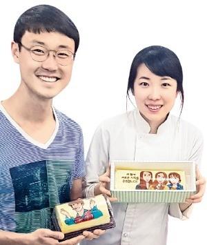 수제 롤케이크와 미니 롤케이크를 들고있는 남호훈(왼쪽)·박희진 앨리롤하우스 대표. /오경묵 기자