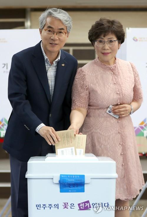[사전투표] 경남 지방선거 후보·정치인들 곳곳에서 한 표 행사