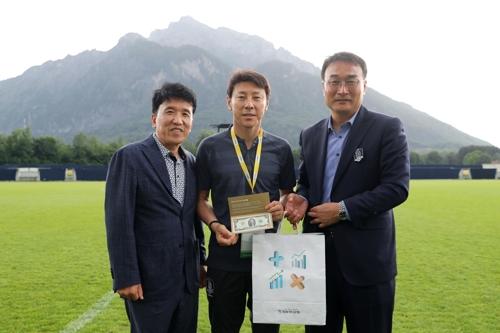 [월드컵] 하나은행, 대표팀에 '행운의 2달러' 200장 선물