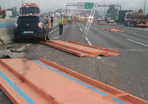 서울 외곽고속도로서 화물차끼리 추돌… 철판 쏟아져