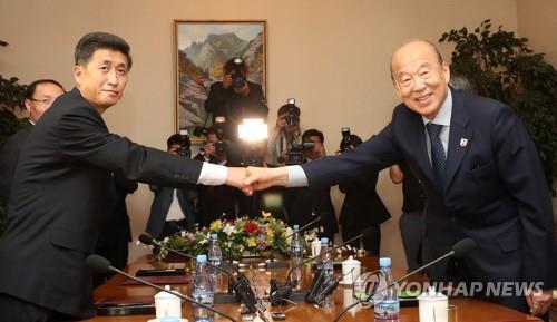 """남북적십자회담 수석대표 1시간여 접촉… """"잘하고 있다"""""""