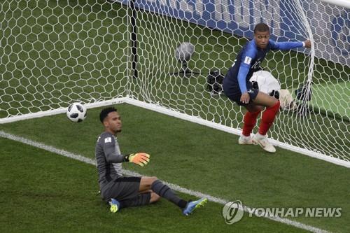 '제2의 앙리' 음바페 월드컵 데뷔골… 프랑스, 16강 진출 확정