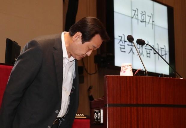 """고개 숙인 김무성 """"차기 총선 불출마"""" 선언 (사진=연합뉴스)"""