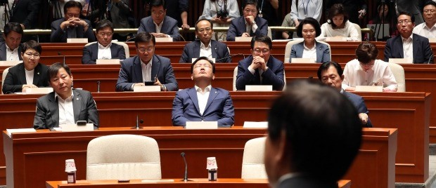 굳은 표정의 자유한국당 의원들 (사진=연합뉴스)
