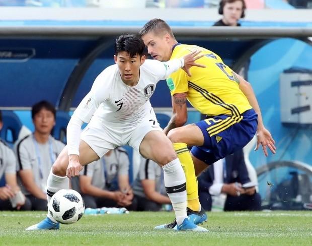18일 러시아 니즈니 노브고로드 스타디움에서 열린 2018 러시아 월드컵 F조 대한민국 대 스웨덴의 경기에서 한국 손흥민이 공을 바라보고 있다. 사진=연합뉴스