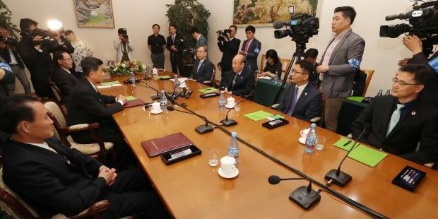 회담하는 남북적십자대표단. 사진=연합뉴스