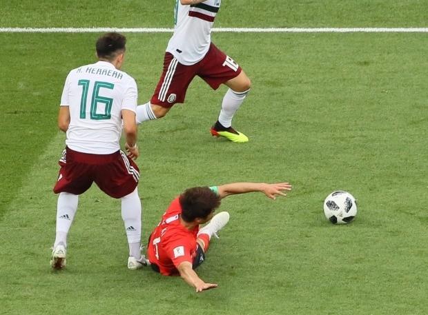 기성용(16)이 23일 오후(현지시간) 러시아 로스토프나노두 로스토프아레나에서 열린 2018 러시아 월드컵 F조 조별리그 2차전 멕시코와의 경기에서 엑토르 에레라(16)의 발에 걸려 넘어지고 있다. 멕시코는 주심이 휘슬을 불지 않고 한국선수들이 주저하는 동안 빠른 역습으로 추가 골을 만들었다. (사진=연합뉴스)