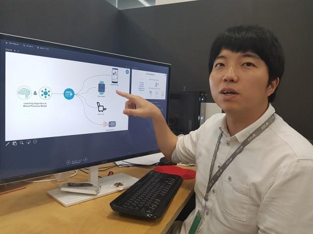 이광진 딥메디 대표가 혈압을 측정하는 스마트폰 앱 'S-vital'의 작동 방식에 대해 설명하고 있다. 양병훈 기자