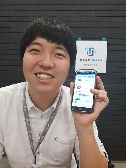 이광진 딥메디 대표가 혈압을 측정하는 스마트폰 앱 'S-vital'의 화면을 보여주고 있다. 양병훈 기자