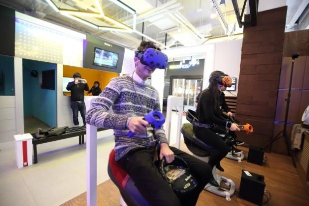 승마경주 VR 체험을 즐기고 있는 모습. /사진=VR존