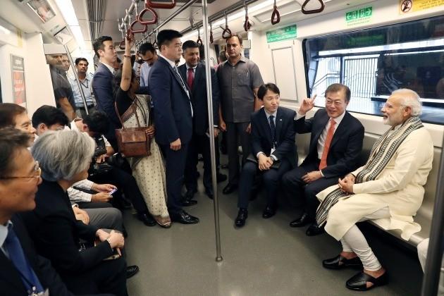 문 대통령과 모디 총리는 한국 기업이 건설한 지하철을 타고 환담하며 환호하는 시민들과 인사를 했다. [사진=연합뉴스]