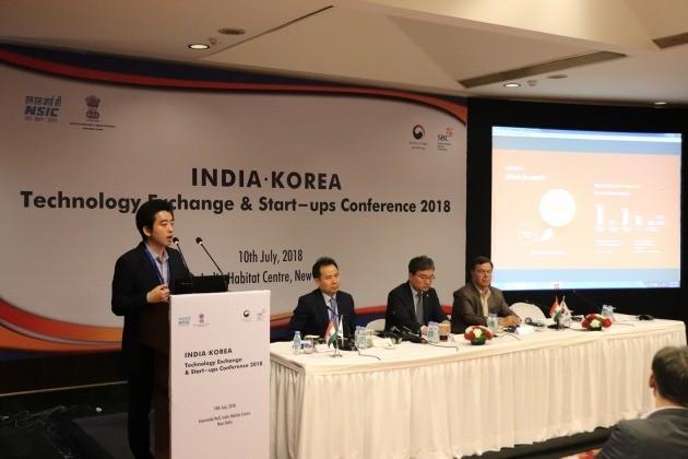 지난 10일에 인도 뉴 델리에서 열린 한-인도 스타트업 협력 포럼에서 발표하고 있는 류승완 밸런스히어로 인도법인 부법인장(왼쪽 첫번째). 밸런스히어로 제공