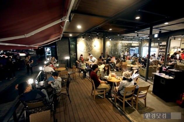 연일 이어지는 열대야에 24시간 커피전문점이 특수를 누리고 있다. 탐앤탐스 제공.