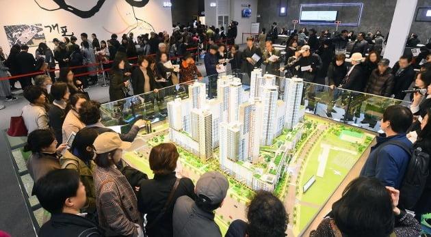 지난 3월 서울 서초구 양재동 화물터미널 부지에 마련된 '디에이치 자이 개포' 모델하우스에 몰린 방문객들. 한경DB