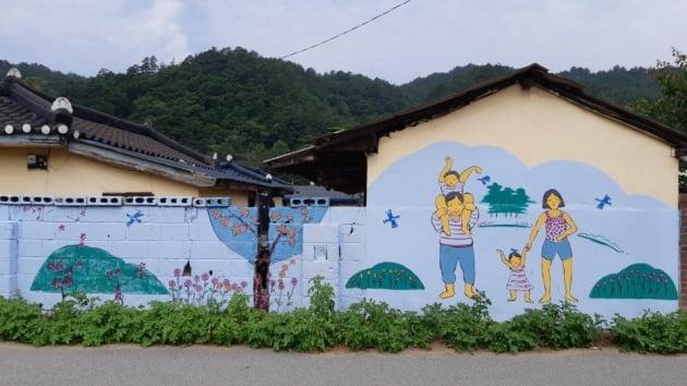 마을 담장에 그린 벽화. 김경래 OK시골 대표 제공