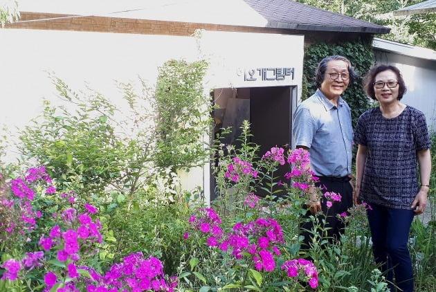 작업실 겸 개인 갤러리인 하오개그림터 앞에 서 있는 권오택 이향재 부부. 김경래 OK시골 대표 제공