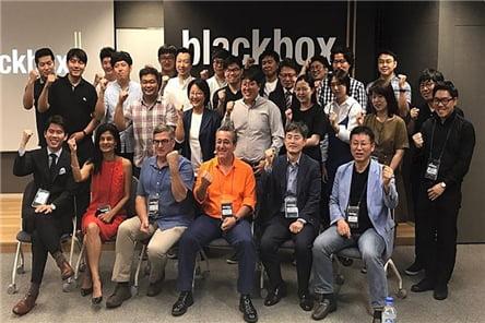 지난해 9월5월 서울 논현동 팍스 타워(Pax Tower)에서 진행된 '블랙박스 이그나잇 서울 컨퍼런스'에서 홍순화(두 번째 줄 왼쪽 네 번째. 안경 쓴 여성) 대표가 참가자 및 심사위원과 함께 포즈를 취하고 있다. 사진=버핏연구소