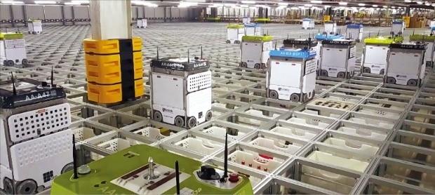영국 온라인 슈퍼마켓 1위 업체 오카도는 물류센터에 컨베이어벨트를 없애고 로봇이 상품을 운반하는 '스마트 플랫폼' 시스템을 도입해 물류 효율을 비약적으로 높였다. /오카도 제공