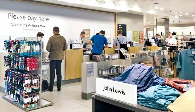 영국 런던 옥스퍼드가에 있는 존루이스백화점은 1층 남성복 코너 한복판에 자체상표(PB) 제품을 진열해 놨다. 이 백화점은 의류, 잡화, 침구 등 다양한 상품군에서 PB 상품을 보유하고 있다. /안재광 기자