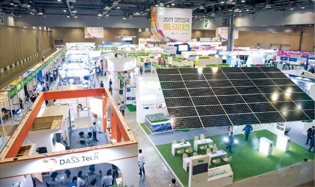 산업통상자원부가 주최하고 한국에너지공단이 주관하는 '2018 대한민국 에너지대전(Korea Energy Show)'이 오는 10월2일부터 나흘간 경기 고양시 킨텍스에서 열린다. 사진은 작년 전시회 모습. 한국에너지공단 제공