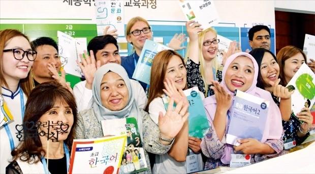 한국어 가르치는 외국인 선생님 한자리에