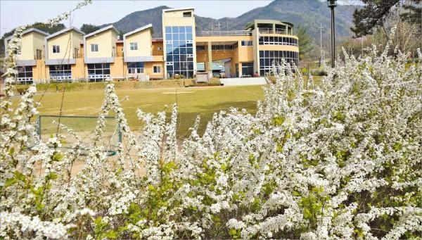 충남 금산 조팝꽃피는마을, 부추화분 만들고 우렁이 잡고 '재미 만끽'