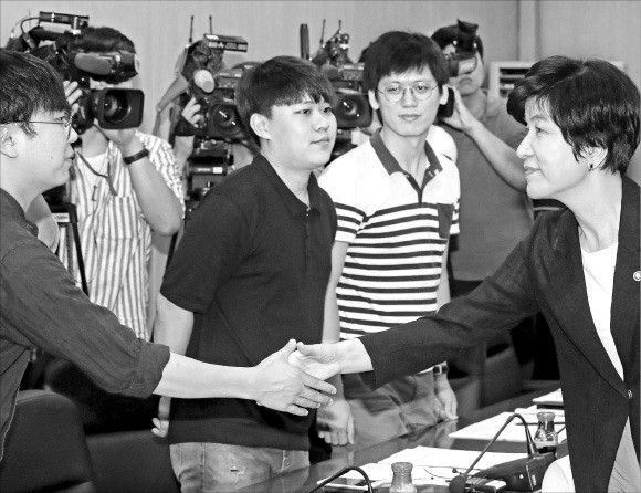 김영주 고용부 장관, 청년들과 최저임금 논의