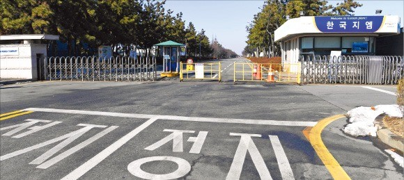 < 문 닫힌 한국GM 군산공장 > 한때 하루 수천여 명의 직원이 오갔던 한국GM 군산공장 정문이 바리케이드로 굳게 잠겨 있다. /임동률 기자