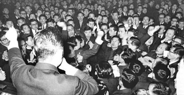 1963년 새해 첫 거래일 증권거래소 거래 장면. 입회장을 가득 메운 증권사 대리인들이 주문을 내고 있다. /한국거래소 제공