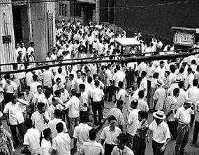 1962년 7월 증권파동과 화폐개혁 직후 재개장한 서울 명동 증권거래소 주변이 투자자들로 북적이고 있다. /한국거래소 제공