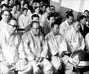 1963년 군법회의 공판장에 나온 증권파동 연루자들. 그해 6월 전원 무죄판결을 받았다. 앞줄 맨 왼쪽이 당시 '투자의 귀재'로 불리던 윤응상 일흥증권 사장이다. /금융투자협회 제공