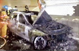 30일 인천김포고속도로에서 불에 탄 BMW GT 차량.  /연합뉴스