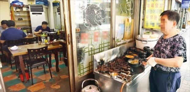 베이비붐 세대가 은퇴 후 대거 자영업에 나서고 있지만 3년 생존율은 40%대에 그치고 있다. 31일 서울 종로구 한 음식점에서 60대 주인이 직접 음식을 조리해 서빙하고 있다.  김범준 기자 bjk@hankyung.com