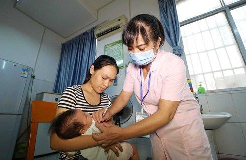 """중국, 백신 파동에 """"우리 아이 재접종 괜찮을까?"""" '전전긍긍'"""