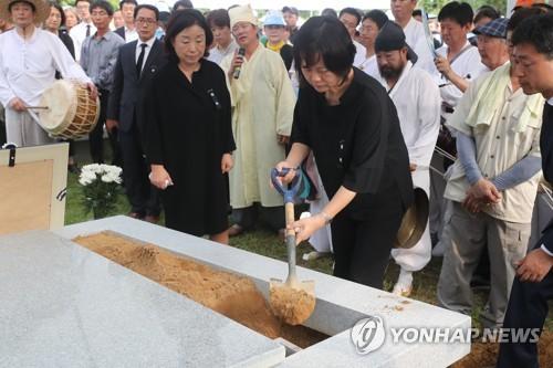 """""""편히 쉬시길""""… 민주화의 성지 모란공원에 잠든 노회찬 의원"""