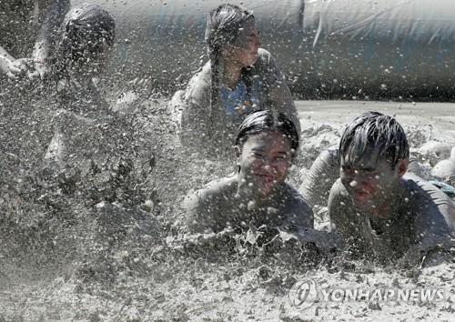 """""""덥다 더워""""… 전국 해수욕장·워터파크에 구름 인파"""
