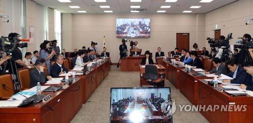 """""""계엄문건 수사"""" vs """"정치 검찰""""… 법사위 날 선 공방"""