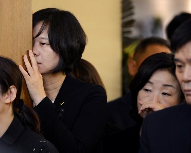정의당 고 노회찬 의원의 장례 마지막 날인 27일 서울 신촌 세브란스병원 장례식장에서 엄수된 고인의 발인식에서 이정미 대표와 심상정 의원이 슬픔을 가누지 못하고 있다 (사진=연합뉴스)