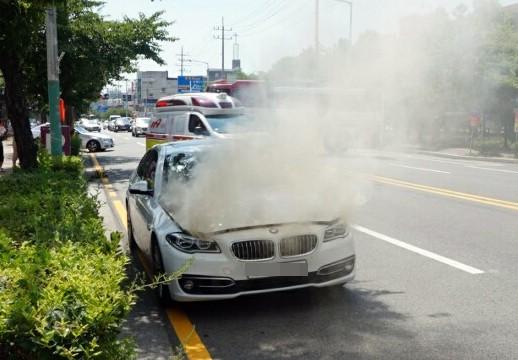 4일 오후 2시 15분께 목포시 옥암동 한 대형마트 인근 도로에서 주행 중인 2014년식 BMW 520d 승용차 엔진룸에 불이 나 연기가 치솟고 있다. 경찰과 소방 당국은 결함 등 화재 원인을 파악하고 있다. [사진=연합뉴스]