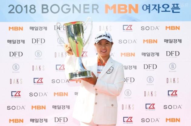 [포토] 우승 트로피 들고 포즈 취하는 김보아