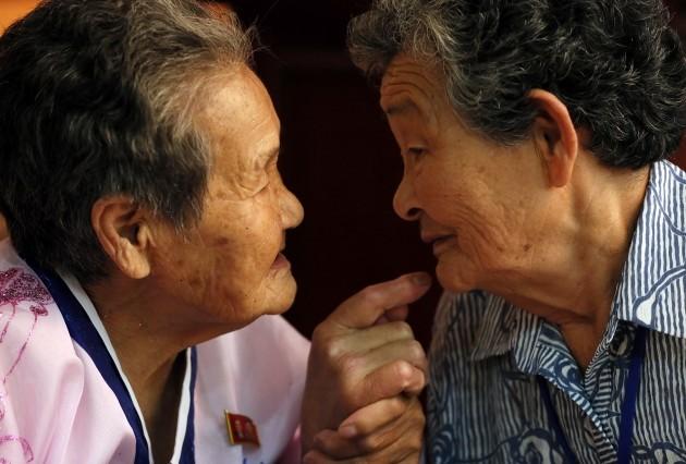 제21차 이산가족 상봉행사 2회차 첫날인 24일 오후 금강산 이산가족면회소에서 열린 환영만찬에서 남측 강두리(87)할머니가 북측의 언니 강호례(89) 할머니와 대화를 나누고 있다.  사진= 연합뉴스