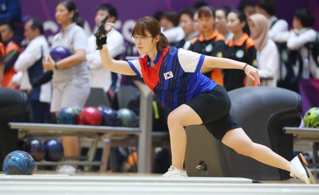 유서연 선수가 22일(현지시간) 인도네시아 팔렘방 자카바링 스포츠 시티 볼링센터에서 열린 여자 볼링 3인조 경기에서 경기를 펼치고 있다. 사진= 연합뉴스