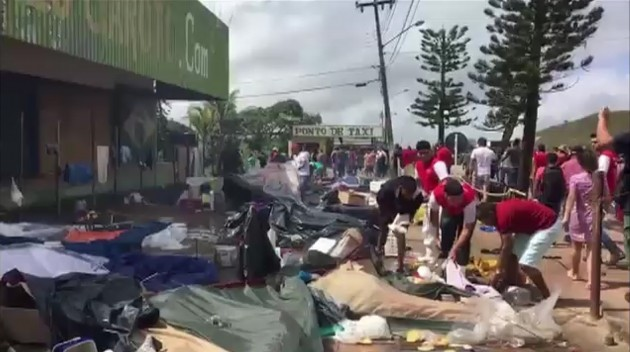 베네수엘라 난민 시설을 공격하는 브라질 주민들. 사진= 연합뉴스
