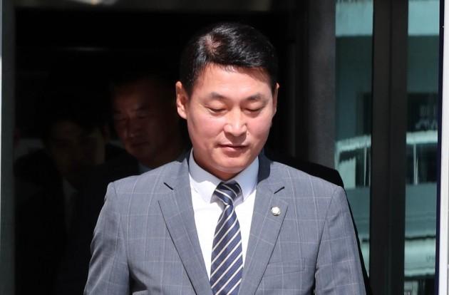 정치자금법 위반 등의 혐의로 기소된 황영철 의원(자유한국당)이 31일 춘천지법에서 열린 재판을 마치고 법정을 나서고 있다. [사진=연합뉴스]