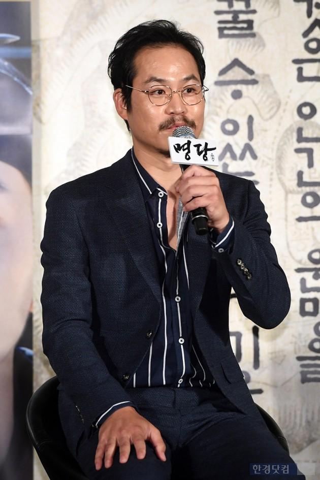 [포토] 김성균, '시원하게 셔츠 풀고'