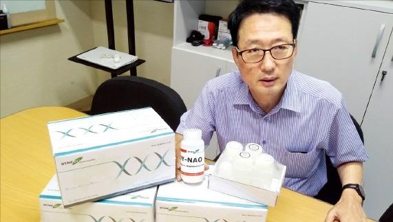 이제현 다인바이오 대표가 경기 성남시 본사에서 유전자 염색 시약에 대해 설명하고 있다.  /윤상연 기자